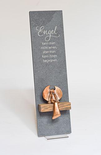 Schieferstele mit sitzendem Bronzeengel