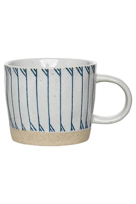 Tasse mit blauem Strichmuster